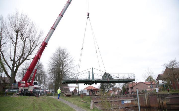 Eine Brücke hebt ab: Die Rad- und Fußgängerbrücke an der Schleuse I am Haren-Rütenbrock-Kanal. Foto: Stadt Haren (Ems).