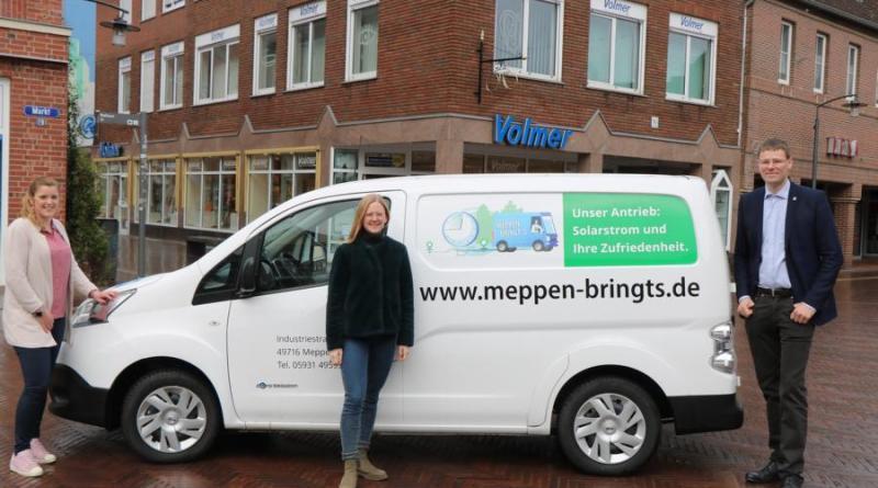 """(v. l.) Citymanagerin Janine Baalmann präsentiert gemeinsam mit Kristin Otten und Dirk Volmer, Vorsitzender des VWW, den neuen Lieferwagen für den Bringdienst """"Meppen bringt´s"""". Foto: Stadt Meppen"""