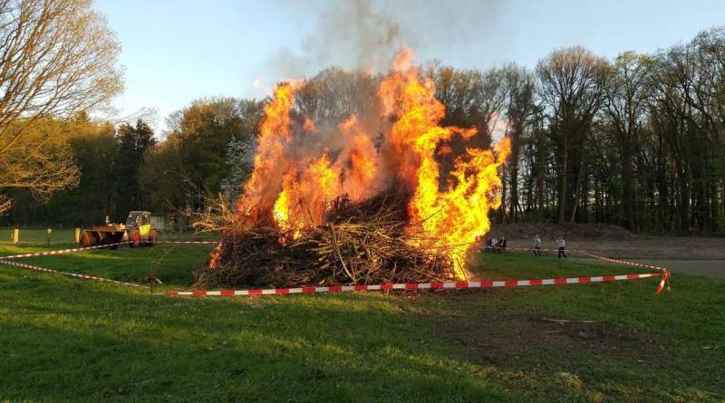 Traditionelle Osterfeuer wie hier 2019 in Hüven dürfen in diesem Jahr nicht angezündet werden. Foto: Feuerwehr