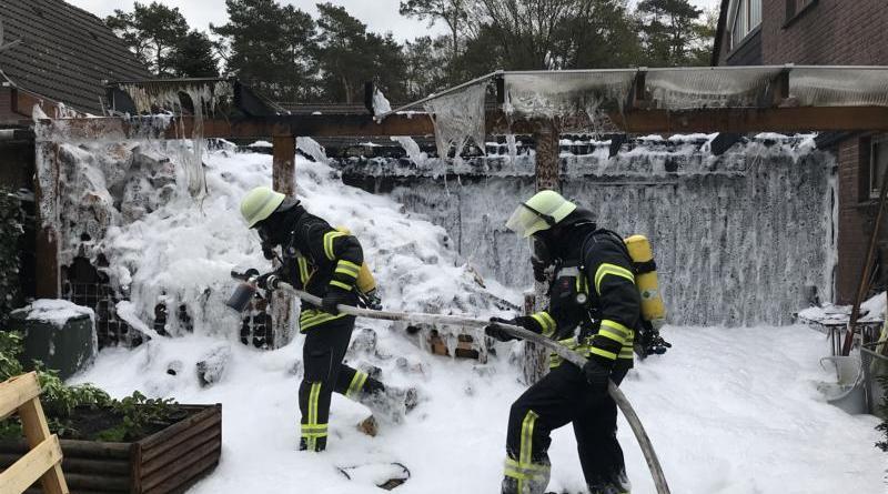 Holzlager am Wohnhaus brennt in voller Ausdehnung- Feuerwehren Dörpen und Kluse verhindern ein Übergreifen der Flammen auf das Wohngebäude- Foto: SG Dörpen / Feuerwehr