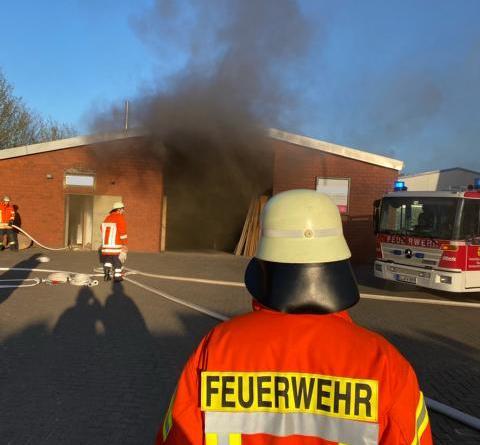 Feuerschein aus Industriehalle Brand in Tischlerei in Werlte - Foto: Christian König