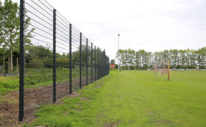Der erneuerte stabile Ballfangzaun sichert das Spielfeld des DJK Fehndorf. Foto: Stadt Haren (Ems)