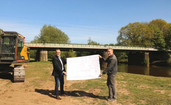 Am Ort des Geschehens (v. l.): Bürgermeister Helmut Knurbein und Volker Arents, Fachbereichsleiter Tiefbau. Foto: Stadt Meppen