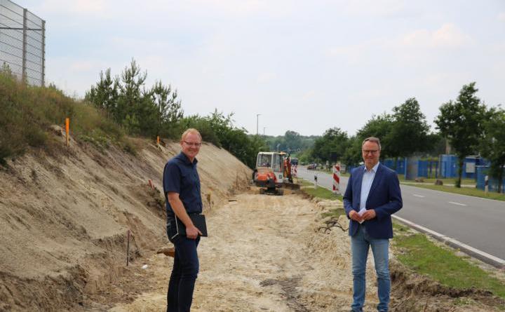 Stadtbaurat Henrik Brinker (li.) und Bürgermeister Markus Honnigfort auf dem künftigen Radweg im Emmelner Gewerbegebiet. Foto: Stadt Haren (Ems)
