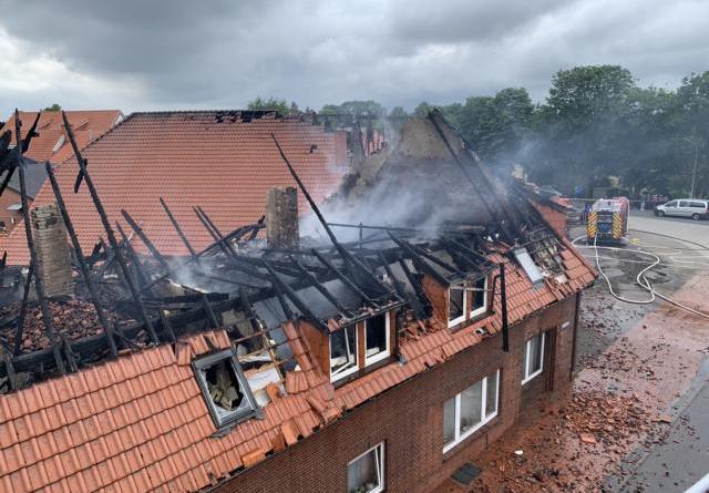 Papenburger Feuerwehr hilft in Rhede - Wohn- und Geschäftshaus ausgebrannt - Foto: Michael Schütte