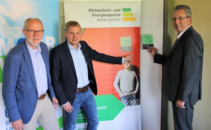 Die Vorstandsmitglieder der Energieeffizienzagentur (v. l.) Dirk Kopmeyer (Landkreis Emsland), Bernd Knipper (Wirtschaftsverband Emsland e.V.) und Ludger Brüffer (innogy SE) beim Start der Aktion in 2018. (Foto: Landkreis Emsland)