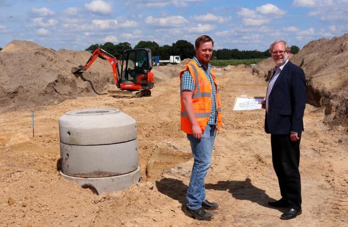 Vor Ort machten sich (von rechts) Stadtbaurat Jürgen Rautenberg und Bauingenieur Andreas Welp ein Bild vom Stand der Arbeiten. Foto: Stadt Papenburg