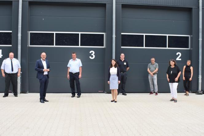 Landrat Uwe Fietzek (2.v.l.), Kreisbrandmeister Uwe Vernim (3.v.l) und Dezernentin Stephanie Kersten (4.v.l.) bei der Übergabe der modernisierten FTZ. Foto: Landkreis Grafschaft Bentheim