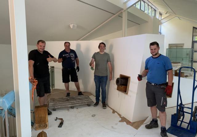 (v. l.) Matthias Müller, Paul Meiners, Burghardt Sonnenburg und Niklas Schlömer freuen sich über den reibungslosen Einbau des 300 Kilogramm schweren Kammergeschützes. Foto: Stadt Meppen