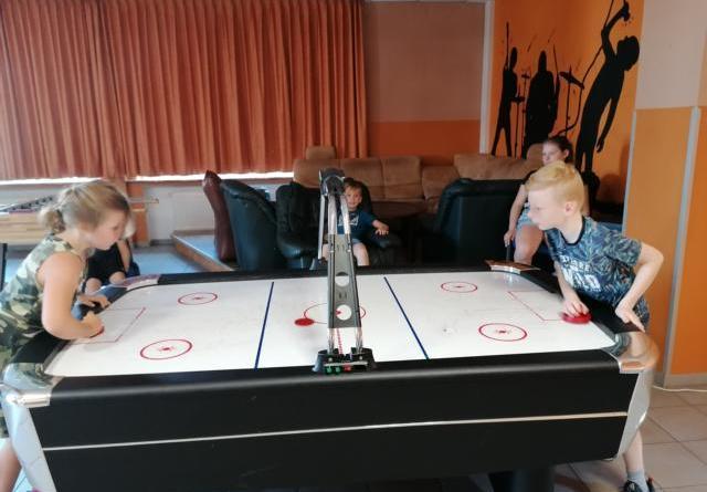 Hochkonzentriert waren die Kinder beim Air-Hockey spielen. Foto: Stadt Haren (Ems)