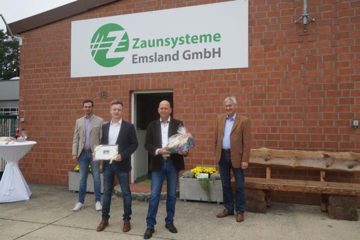 Jens Schröder (li.) und Ortsbürgermeister Karl Storm (re.) gratulierten den Geschäftsführern Konstantin Overhoff (2. V. li.) und Ralf Bockmeyer zur Neueröffnung. Foto: Stadt Lingen