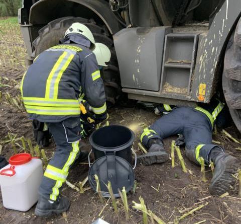 Der Tank eines Maishäcksler schlug auf einem Feld in Sögel leck. Mithilfe der Feuerwehr Sögel und eines Fachunternehmens konnte weiterer Schaden verhindert werden. Foto: SG Sögel/Feuerwehr