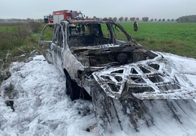 In der Gemeinde Stavern brannte am Montagvormittagen PKW völlig aus. Die Feuerwehr Klein Berßen brachte das Feuer schnell unter Kontrolle. Foto: SG Sögel/Feuerwehr