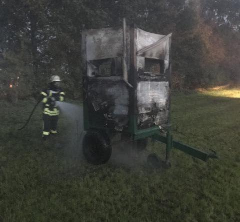 Hochsitz im Wald fängt Feuer – Feuerwehr Kluse verhindert ein Ausbreiten der Flammen - Foto: SG Dörpen / Feuerwehr