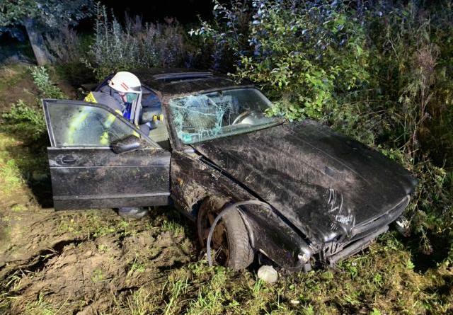 Ein 24 Jahre alter Jaguar wurde schwer beschädigt im Seitenraum der Sögeler Umgehungsstraße aufgefunden. Das der Fahrer nicht angetroffen wurde, starteten Polizei und Feuerwehr ein Suchaktion. Fotos: SG Sögel/Feuerwehr