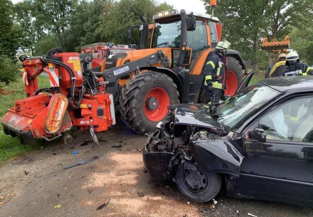 Auf einer Schießplatzrandstraße zwischen Sprakel und Stavern stießen ein PKW und ein Trecker im Begegnungsverkehr zusammen. Der PKW- Fahrer wurde dabei schwer verletzt. Foto: SG Sögel / Feuerwehr