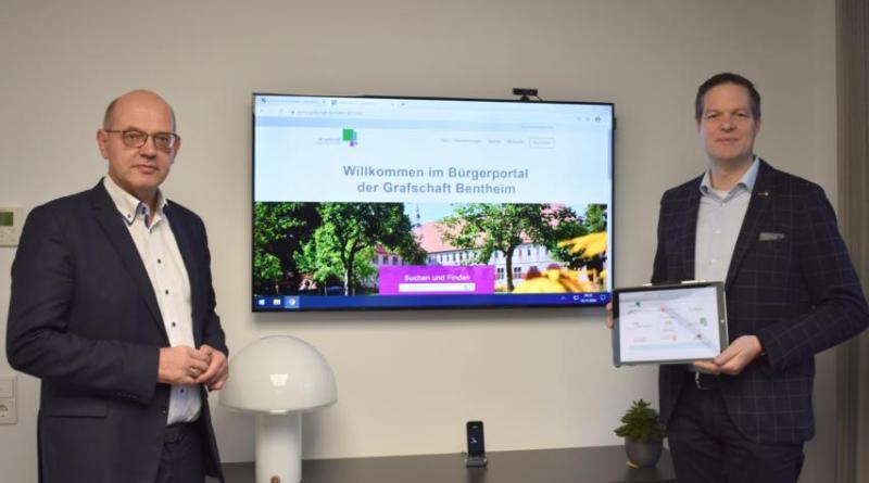 Landrat Uwe Fietzek und Jens Geers, Stabstellenleiter Digitalisierung, präsentieren das neue Bürgerportal. Foto: Landkreis Grafschaft Bentheim