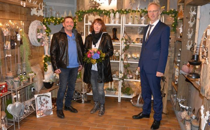 Ralf und Nicol Lüdtke mit Bürgermeister Helmut Höke. Foto: Gemeinde Geeste