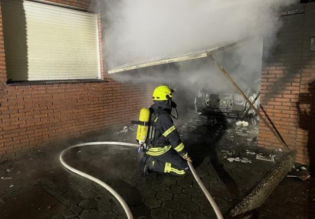 Papenburg - Festnahme nach Familienstreit - Mann zündet Auto an - Foto: Michael Schütte, Feuerwehr Papenburg