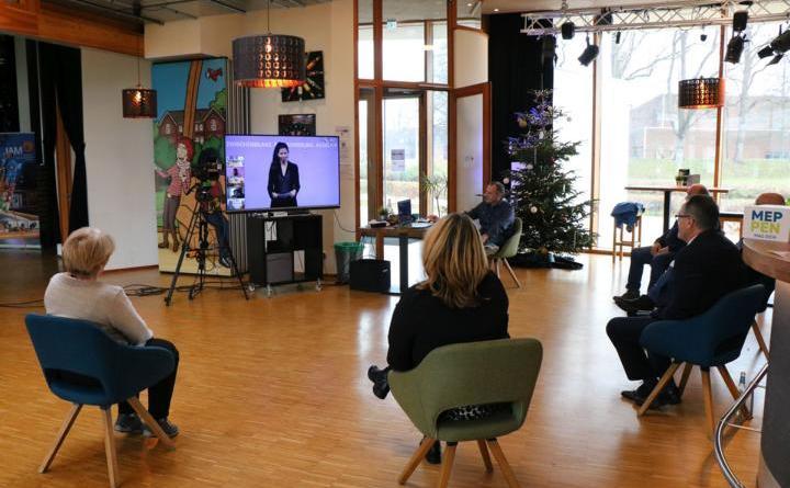 Bürgermeister Helmut Knurbein verfolgte gemeinsam mit den Hauptakteuren den Live-Stream im JAM. Foto: Stadt Meppen