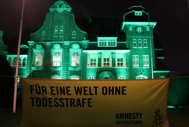"""Gemeinsam mit der Stadt Papenburg ist auch immer Amnesty International Papenburg begleitend bei der Aktion """"Städte für das Leben – Städte gegen die Todesstrafe"""" am 30. November dabei. Foto: Stadt Papenburg"""