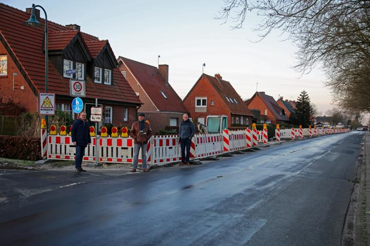 Bürgermeister Markus Honnigfort, Ortsvorsteher Bernhard Hermes und Stadtbaurat Henrik Brinker nahmen die Baumaßnahme in Fehndorf in Augenschein. Foto: Stadt Haren (Ems).