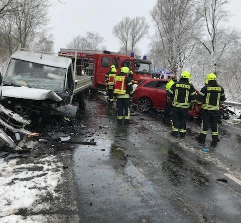 Feuerwehr befreit drei schwer Verletzte nach Unfall auf der B70 in Hööhe Aschendorf - Foto: Michael Schütte, Feuerwehr Papenburg
