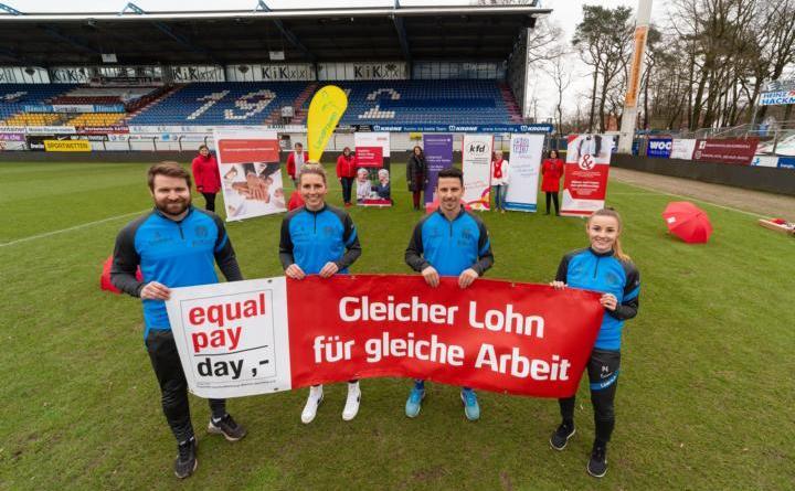 Nicht nur die Frauenmannschaft des SV Meppen, sondern auch die Herren machen sich stark für die Anliegen des Equal Pay Days. Thilo Leugers, Lisa-Marie Weiss, Janik Jesgarzweski und Jenny Bitzer (vorne v. l.) sowie die Mitglieder des Aktionsbündnisses (hinten) machen auf den 10. März aufmerksam. (Foto: SV Meppen)