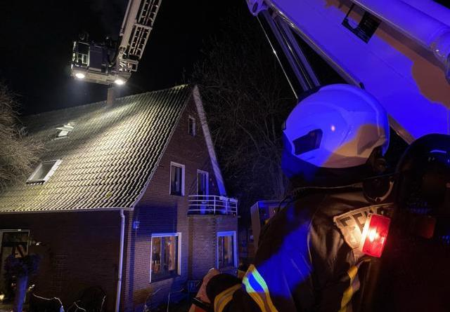 Gemeldeter Gebäudebrand entpuppt sich als Schornsteinbrand - Foto: Holger Schmalfuß, Feuerwehr Nordhorn