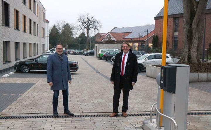 (v. l.) Bürgermeister Helmut Knurbein und Landrat Marc-André Burgdorf haben den Parkplatz am Kreishaus III freigegeben. Foto: Stadt Meppen