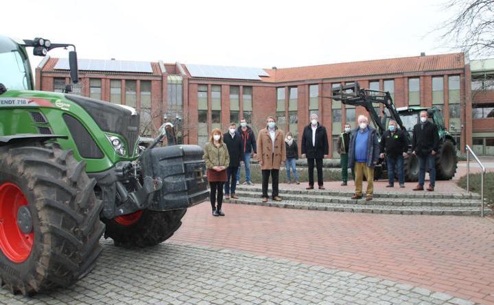 Bauernprotest mit Trecker: Landwirte trafen sich mit Landrat Marc-André Burgdorf und den MdLs Bernd Busemann, Bernd-Carsten Hiebing und Christian Fühner, um über die Rolle der Landwirtschaft beim Umweltschutz zu diskutieren. (Foto: Landkreis Emsland)