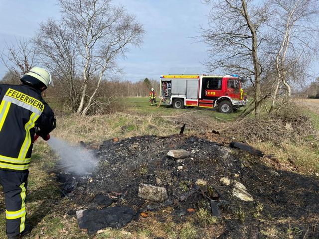 Gemeldeter Flächenbrand entpuppt sich als brennender Haufen Unrat! - Foto: Feuerwehr