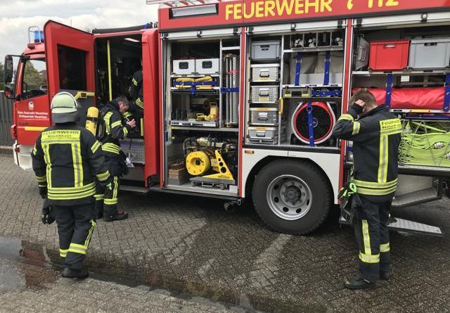 Einsatzkräfte am Feuerwehrfahrzeug in der Ringstraße. Foto: Feuerwehr Neuenhaus