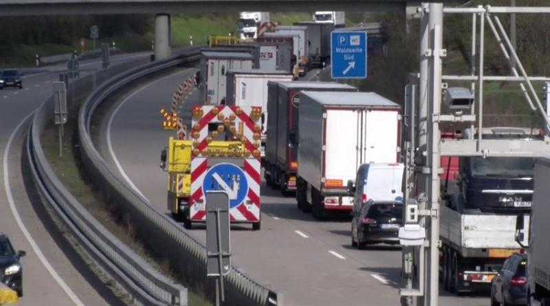 Großkontrolle an der A30 bei Gildehaus - Verkehr über Parkplatz abgeleitet - Foto: D. P.
