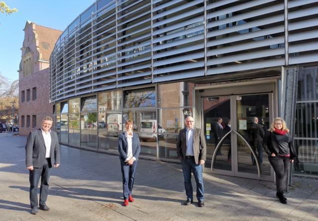 Bildunterschrift: Dem neuen Bibliotheksleiter Michael Günther (Mitte rechts) gratulierten: Bürgermeister Thomas Berling, Kulturreferentin Kerstin Spanke (rechts) und Bibliotheksleiterin Martina Kramer. Foto: Stadt Nordhorn