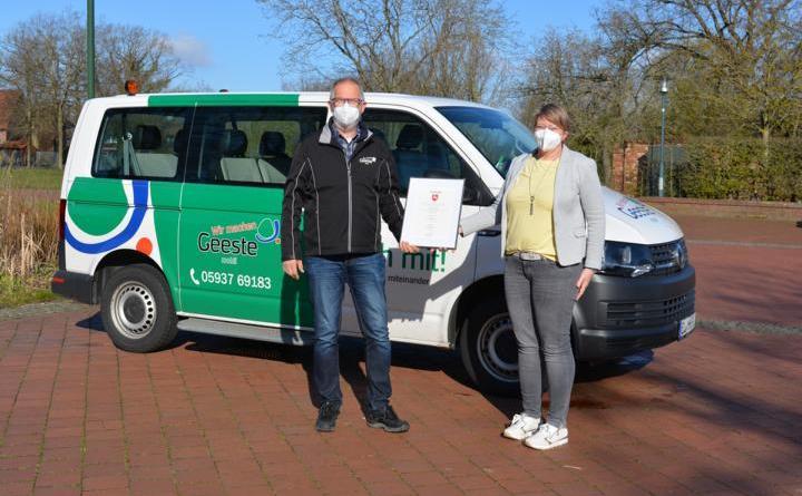 Fahrer Musekamp und Helma Jansen von der Freiwilligenagentur mit der Urkunde vor dem Geeste Mobil. Foto: Gemeinde Geeste