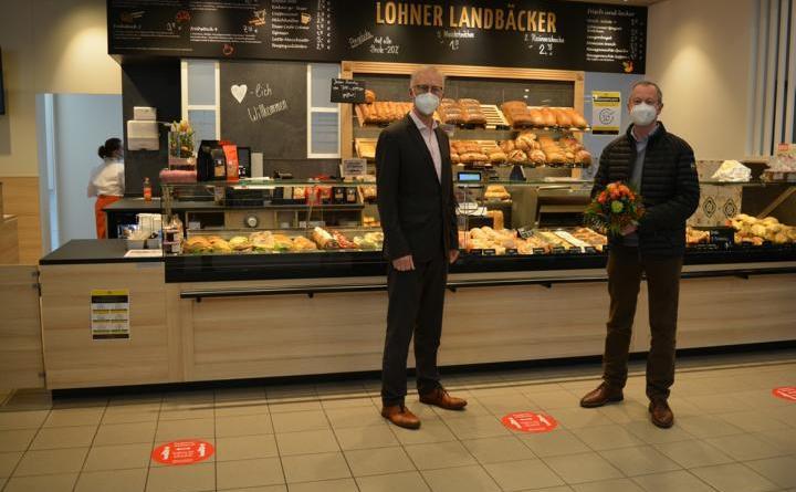 Bürgermeister Helmut Höke gratuliert Heinrich van Lengerich zur Eröffnung. Foto: Gemeinde Geeste