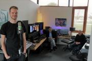 (v. l.) Jonas Egbers, Stefan Knoess (digital zugeschaltet), Bürgermeister Helmut Knurbein und Stadtjugendpfleger Karsten Streeck im JAM-Studio. Foto: Stadt Meppen