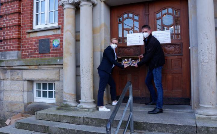 Übergabe Narrenjournal unter Corona-Bedingungen - Foto: Stadt Papenburg