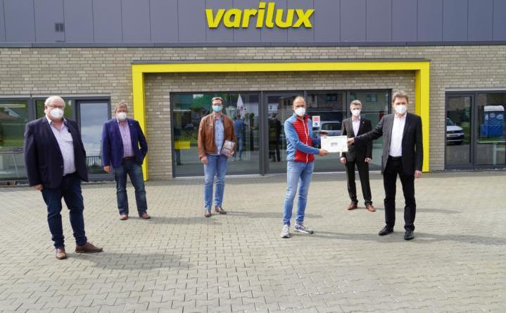 """Mit """"varilux"""" hat das erste Unternehmen im neuen Gewerbegebiet in Brögbern eröffnet. Oberbürgermeister Dieter Krone (rechts) gratulierte Michael Vogt (3.v.r.) zusammen mit Stefan Wittler (links), Martin Koopmann (2.v.l.), Ortsbürgermeister Michael Teschke (4.v.l.) und Dietmar Lager (2.v.r.) zur Neueröffnung. Foto: Stadt Lingen"""