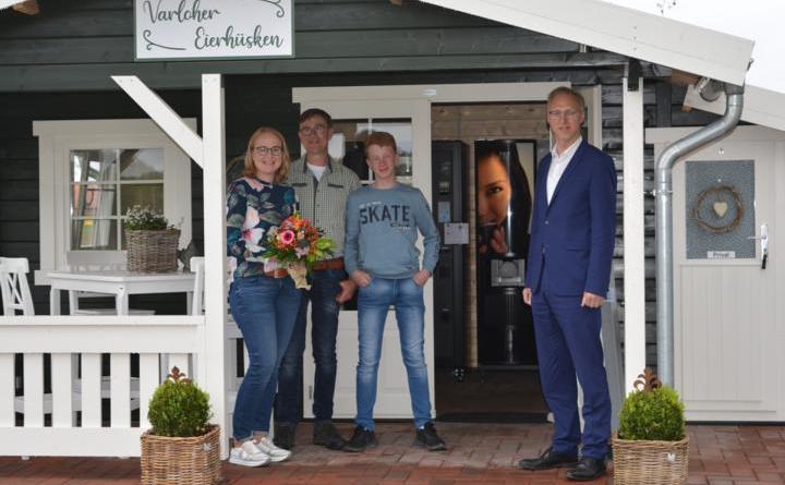 Familie Sur und Bürgermeister Helmut Höke vor dem neuen Eierhüsken in Varloh. Foto: Gemeinde Geeste