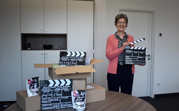 Die Preise werden in diesem Jahr coronabedingt verschickt – Dezernentin Gunda Gülker-Alsmeier freut sich mit den Gewinnern. (Foto: Landkreis Grafschaft Bentheim)