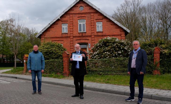 (von links) Hermann-Josef Gerdes (Rhede), Jürgen Rautenberg (Papenburg) und Johann Mardink (Lehe) freuen sich über zusätzliche finanzielle Mittel. Bild: Karin Evering, Stadt Papenburg