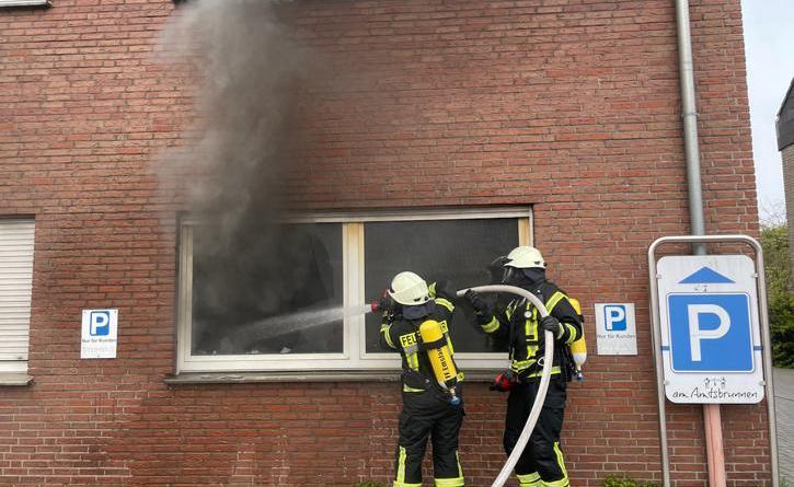 Der in Brand geratene Kühlschrank wurde nach draußen befördert. Fotos: SG Sögel/Feuerwehr