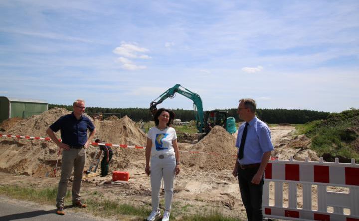 Informierten über das neue Baugebiet, das in Tinnen entsteht: Stadtbaurat Henrik Brinker, Ortsvorsteherin Maria Tieben und Bürgermeister Markus Honnigfort (v.l.). Foto: Stadt Haren (Ems)