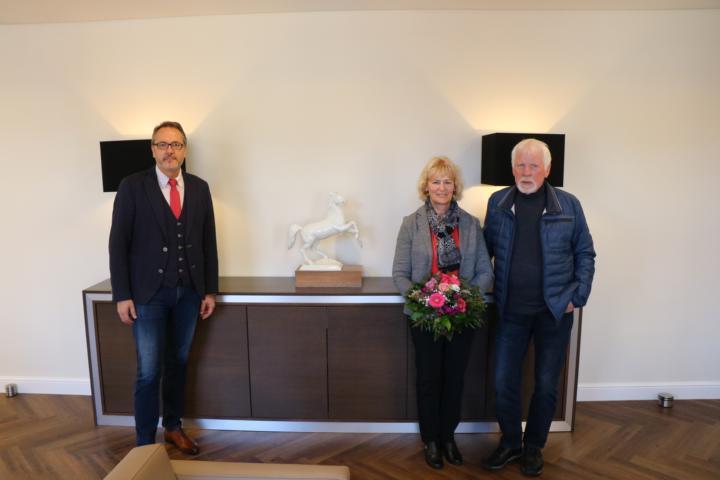 (v. l.) Bürgermeister Helmut Knurbein, Evelyn Altmeppen mit ihrem Ehemann. Foto: Stadt Meppen