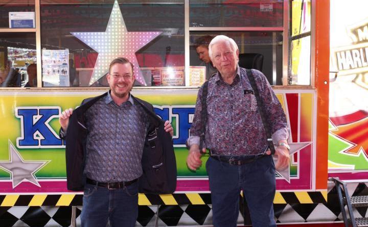 Bürgermeister Jan Peter Bechtluft und Karl-Heinz Langenscheidt bei der offiziellen Eröffnungsrede tragen gutgelaunt zufällig beide ein Hemd mit Paisleymuster. Foto: Stadt Papenburg