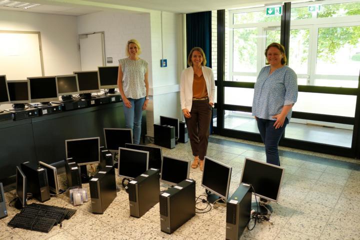 v. L. Digitalisierungsbeauftragte Ina Hiller, Schulleiterin Regina Kurz und Konrektorin Sandra Schulte präsentieren die 16 PCs vor ihrer Übergabe an bedürftige Familien. Foto: Stadt Papenburg