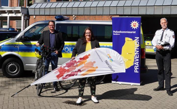 Kriminaloberkommissar Uwe van der Heiden (links), Anja Milewski und Polizeihauptkommissar Edgar Eden laden zur Themenradtour für Seniorinnen. Foto: Stadt Nordhorn
