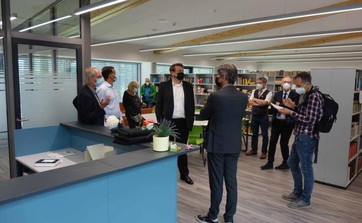 Der Ortstermin umfasste u.a. den Besuch der neuen Schülerbibliothek. Foto: Landkreis Emsland